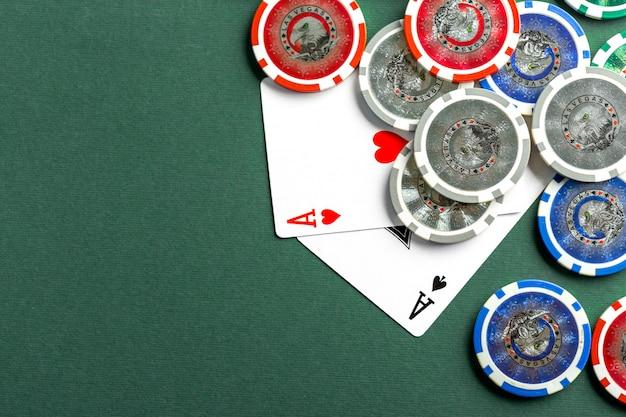 Karten und chips für poker auf grünem tisch