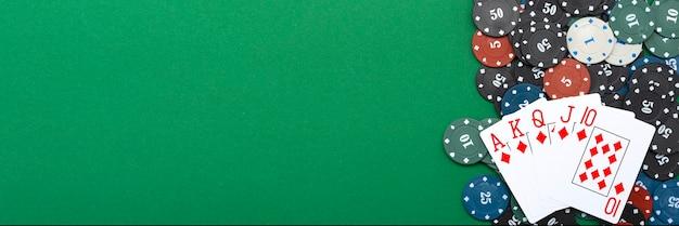 Karten und pokerchips auf einem grünen hintergrund.