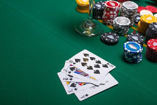 Karten zum pokerspielen auf einem spieltisch