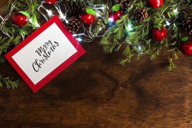 Kartenmodell der frohen weihnachten auf hölzernem hintergrund