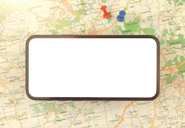 Kartennavigationskonzept mit handy und stadtplan mit oush-pins auf einem hintergrund, kopienraumfoto