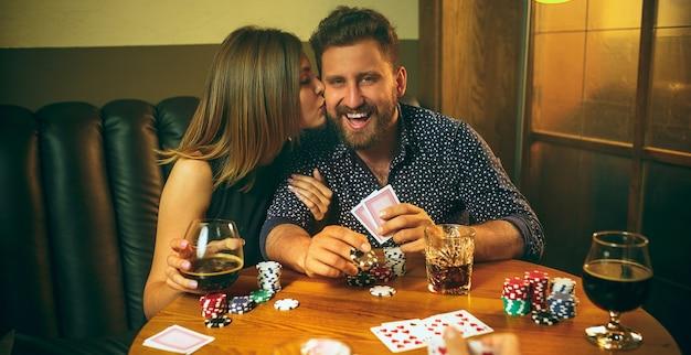 Kartenspiel für männer und frauen. poker, abendunterhaltung und aufregendes konzept