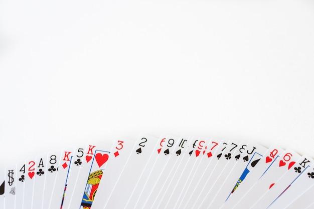 Kartenstapel mit weißem hintergrund und platz für text eingesetzt.