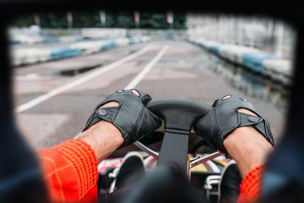 Kartfahrer, blick durch die augen des rennfahrers