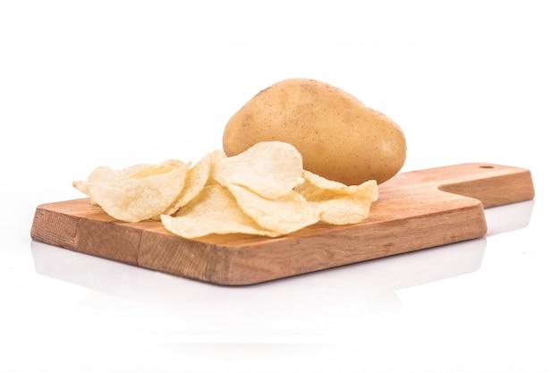 Kartoffel-chips und kartoffel in den sack isoliert auf weißem hintergrund