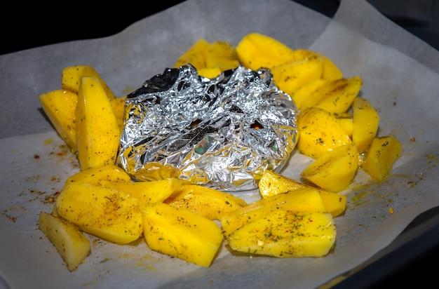 Kartoffel mit fleisch im ofen braten. zubereitung von speisen zu hause.
