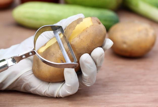 Kartoffel schälen mit einem sparschäler in der küche
