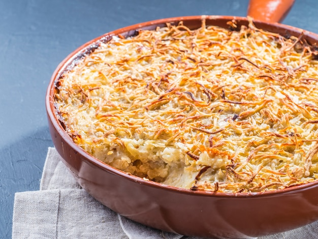 Kartoffelauflauf auf tisch