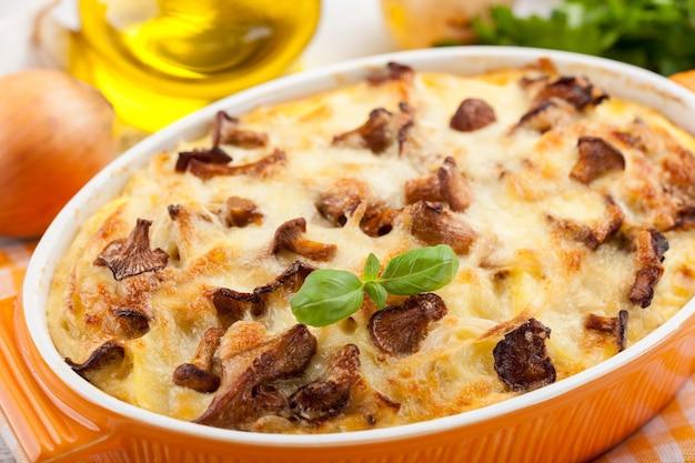 Kartoffelauflauf mit pfifferlingen und käse, nahaufnahme