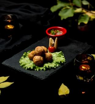 Kartoffelbällchen mit barbecue-sauce