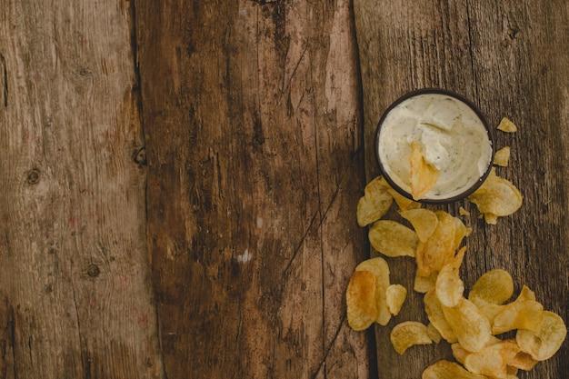 Kartoffelchips auf dem tisch