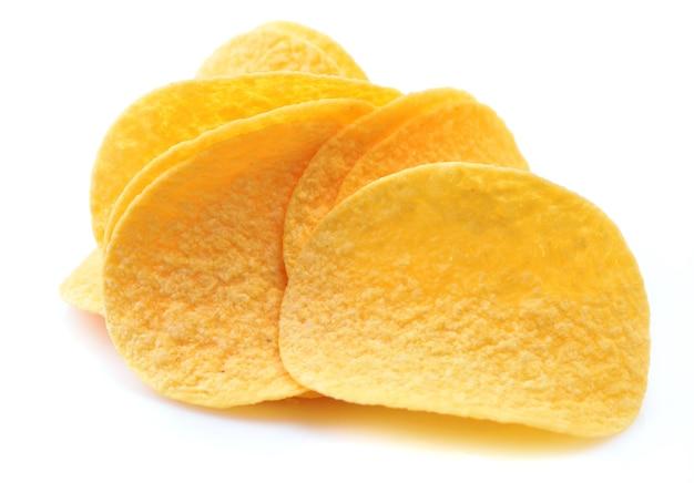 Kartoffelchips auf einem weißen hintergrund