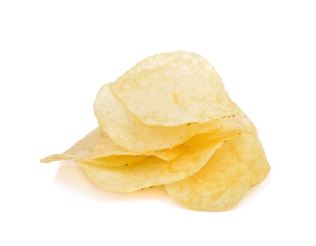 Kartoffelchips auf weiß