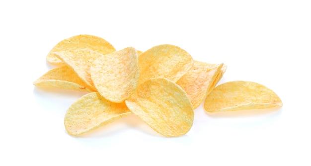 Kartoffelchips auf weißem hintergrund
