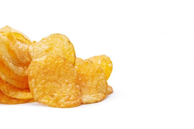 Kartoffelchips getrennt auf weiß