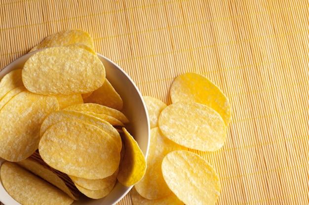 Kartoffelchips in der schüssel auf einer tabelle