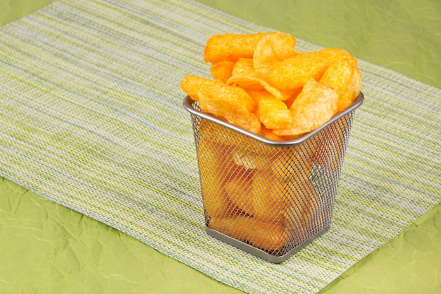 Kartoffelchips in einem eisenkorb