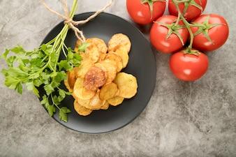 Kartoffelchips in grauer platte