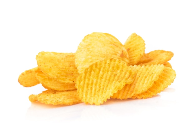 Kartoffelchips isoliert auf weißem hintergrund