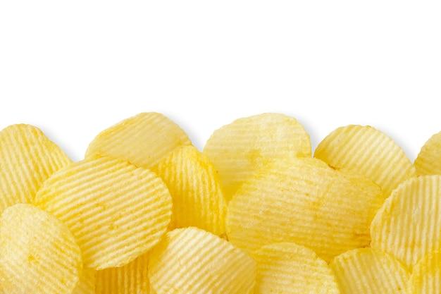 Kartoffelchips lokalisiert auf weißem hintergrund mit beschneidungspfad und copyspace