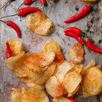 Kartoffelchips mit chilischoten