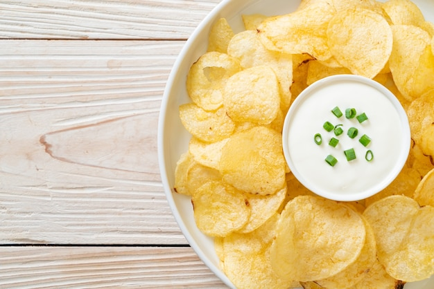 Kartoffelchips mit sauerrahm-dip