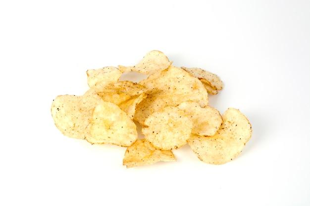 Kartoffelchips über weißem hintergrund