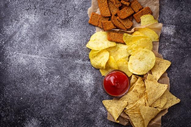 Kartoffelchips und mexikanische mais-nachos