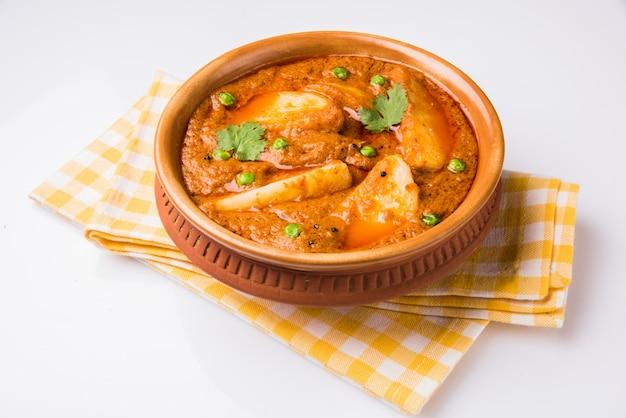 Kartoffelcurry oder aloo oder aaloo masala fry mit grünen erbsen, indisches hauptgericht, selektiver fokus