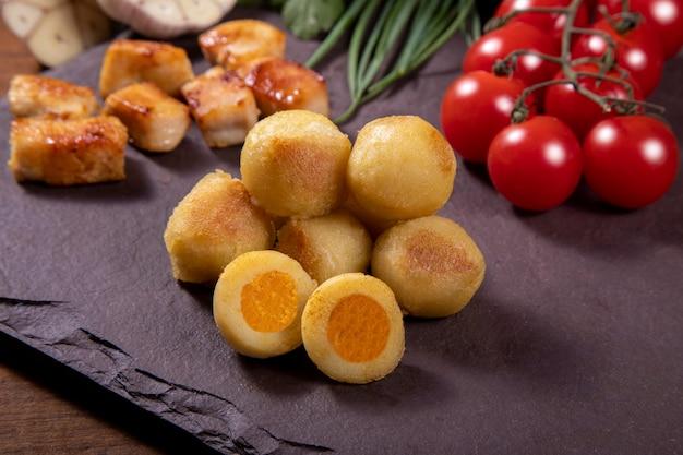 Kartoffelgnocchi gefüllt mit hühnerfleisch mit natürlicher bio-tomatensauce ohne pestizide