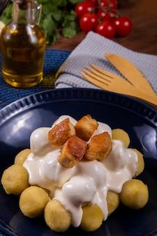 Kartoffelgnocchi gefüllt mit hühnerfleisch mit weißer soße