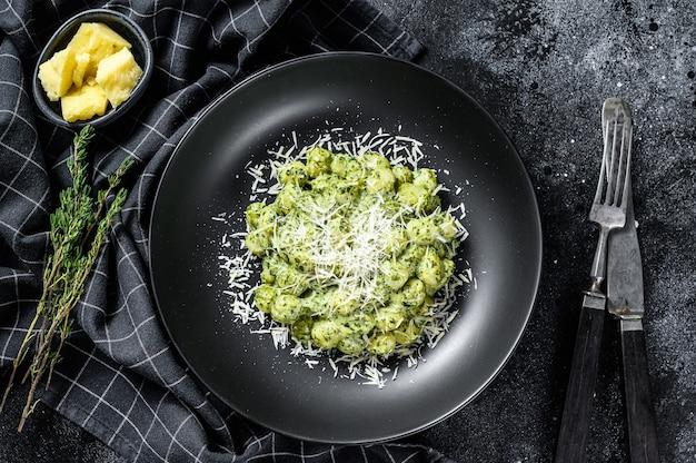 Kartoffelgnocchi mit pesto, parmesan und spinat. italienische pasta
