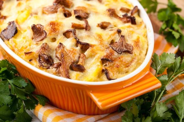 Kartoffelgratin mit pfifferlingen und käse, nahaufnahme
