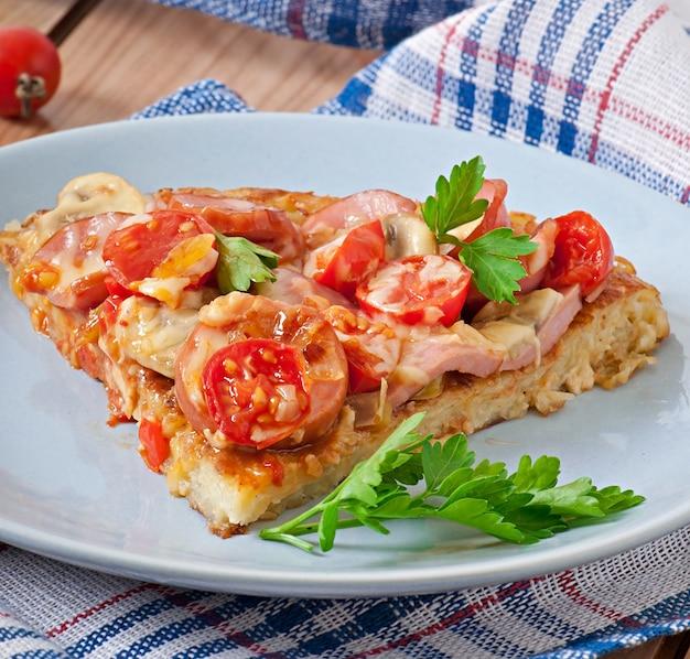 Kartoffelgratin - pizza mit wurst, champignons und tomaten