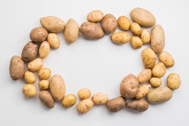 Kartoffelhaufen auf tisch