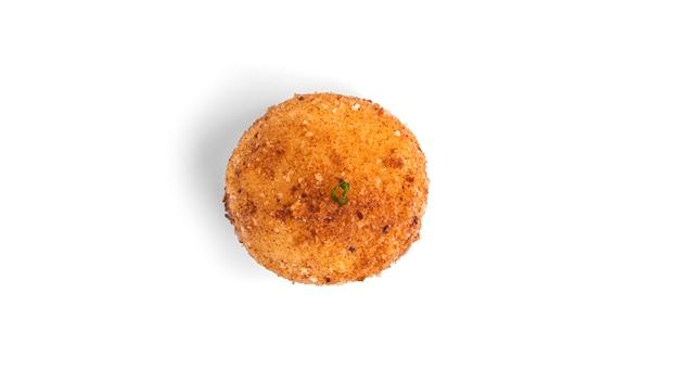 Kartoffelkugel lokalisiert auf weiß.
