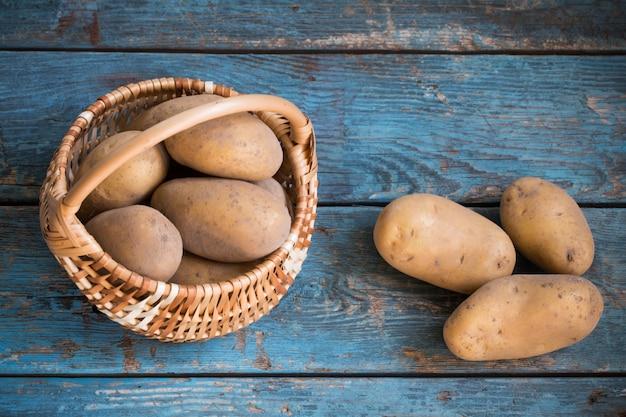 Kartoffeln auf altem blauem holztisch