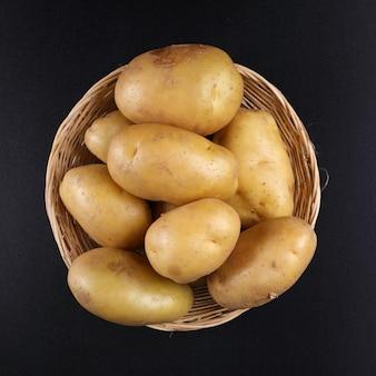 Kartoffeln auf korb