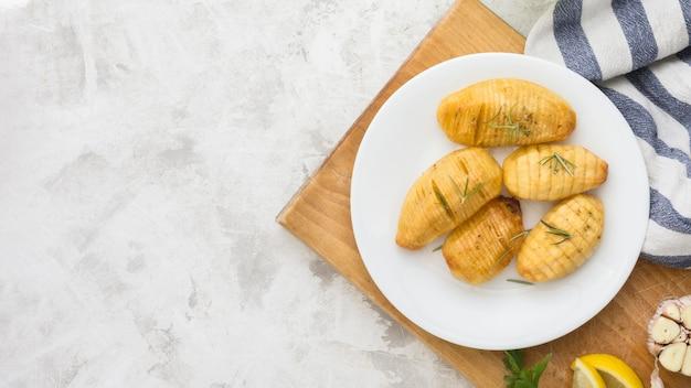 Kartoffeln auf tellerrahmen mit kopierraum