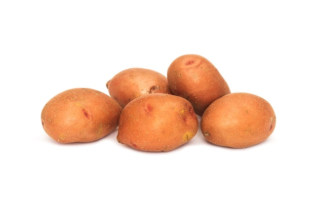 Kartoffeln auf weißem hintergrund isoliert