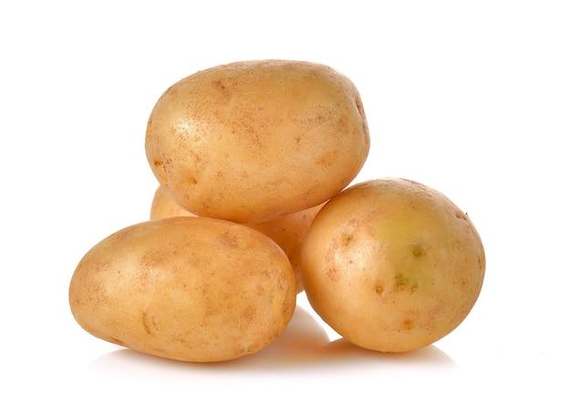 Kartoffeln auf weißem hintergrund