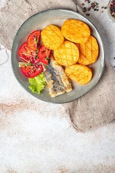 Kartoffeln gebratener fisch meeresfrüchte frisch verzehrfertiger mahlzeitsnack auf dem tisch kopieren raum essen hintergrund