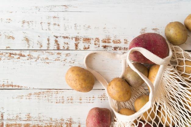 Kartoffeln im weißen textilbeutel mit kopierraum