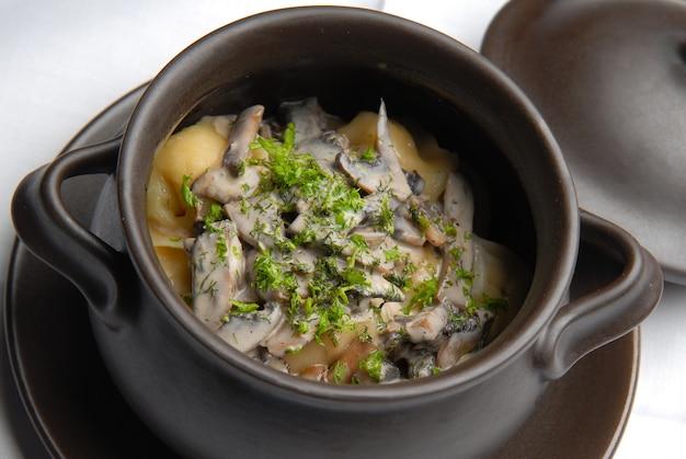 Kartoffeln in einem auflauf mit pilzen und gemüse gebacken