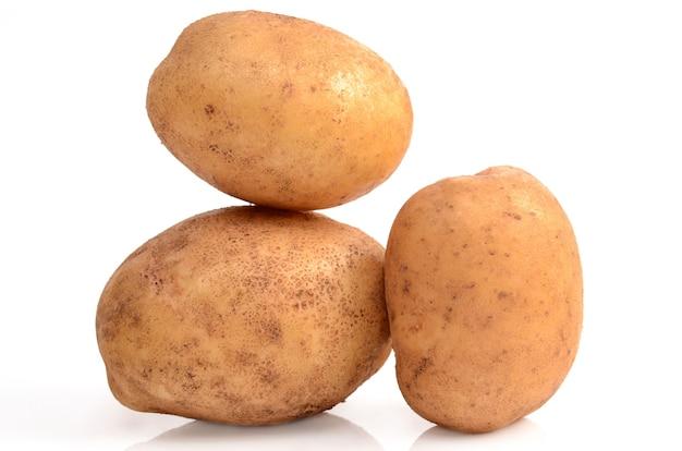 Kartoffeln isoliert auf weiß