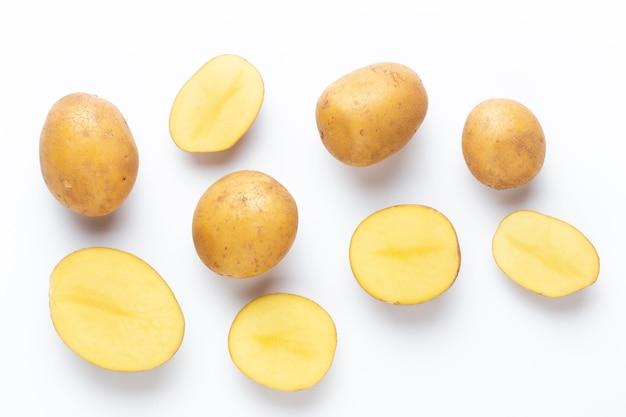 Kartoffeln isoliert auf weißem hintergrund. flach liegen. ansicht von oben.