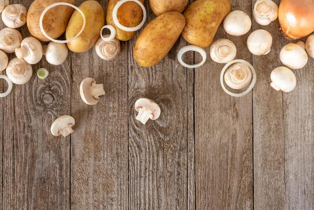 Kartoffeln mit zwiebelringen und pilzen