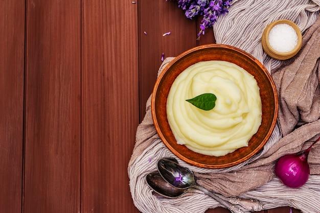 Kartoffelpüree in einer tonschale
