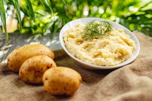 Kartoffelpüree mit dill in einer weißen schüssel