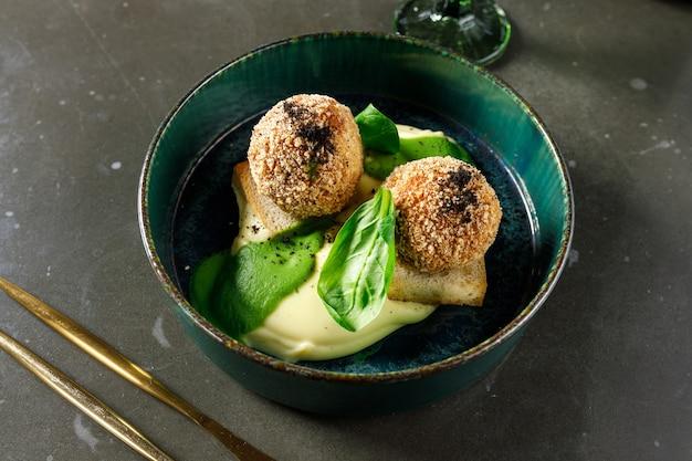 Kartoffelpüree mit frikadellen mit kräutern und spinat
